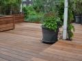 houten terras met bloembak